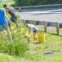 Youth leadership kicks off year with local service project